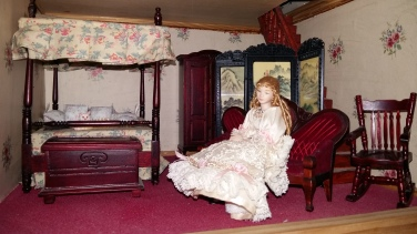 Bedroom with wrong era doll!